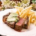 料理メニュー写真牛サーロインのステーキ ポテトフライ添え