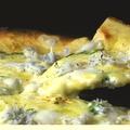 料理メニュー写真釜揚げしらすと大葉のピザ桜海老と青のりのピザ