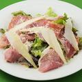 料理メニュー写真パルマ産生ハムとバルミジャーノチーズのサラダ