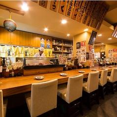 カウンター席にはお酒の棚やオススメの食材が並んでいます。板前さんと会話をしながら自慢の料理に舌鼓。