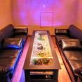 最大で10名様の御利用が可能な完全個室。幻想的な空間と水槽テーブルで癒されて下さい。デートや合コンまた、会議利用としても御使い下さい。