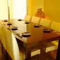 仕切りで半個室として利用できる8名席。