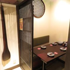 半個室のテーブル席。ゆっくりとくつろげる空間です。