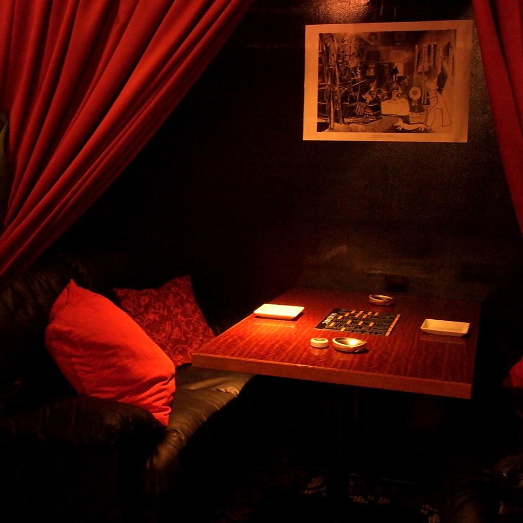 カーテンで仕切られたソファ席ー個室は2人だけの時間を演出…。
