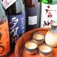 お店に入ると、まずお出迎えする大きな日本酒専用冷蔵庫。今や、圧倒的な支持を誇る岡山地酒「大典白菊 雄町五五」や「宙狐」をはじめとした多数の日本酒を取り揃えています。今日のおすすめはお気軽にスタッフまでお声がけください。