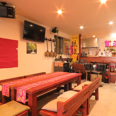 木のぬくもりが感じられるお席は沖縄のアットホームな雰囲気を味わうことができます。