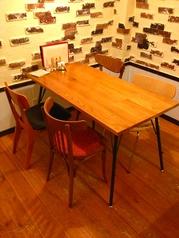 安定感のあるズッシリとしたテーブル。アイアンの脚がカッコイイ♪