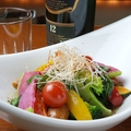 料理メニュー写真ジューシーソーセージと季節の彩り温野菜