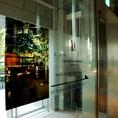 ■当店までの道順→→こちらの看板が目印のドアから外へ