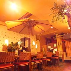 パラソルがリゾート空間を演出!気の合う仲間との飲み会に最適なテーブル席