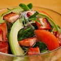 料理メニュー写真トマトとアボカドの厚切りベーコンサラダ