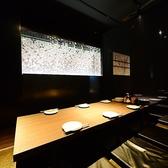 【全席掘炬燵タイプ】6名様~12名様。横は鏡。後ろには桜。お洒落なDesigners空間!!横のお客様とは黒い暖簾で仕切らせて頂きます。人数に応じてお客様専用空間をご提供します♪
