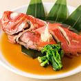 繊細な味わいながらも、大胆な手法で調理。見た目にも美しく、美味しさを際立てる逸品料理の数々。食材は料理長自らがひとつひとつ厳選し、妥協のない確かな味に舌鼓。