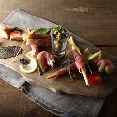 料理メニュー写真3種のオリーブと阿蘇自然豚のスモーク生ハム盛合せ