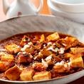 【四川風麻婆豆腐】は辛さがたまらない!辛い物が大好きな人も、そうでない人も美味しくいただける本格的な麻婆豆腐です♪玉ねぎを使用することで味に甘味を出し、辛さを引き立てています。リピーター続出の当店の麻婆豆腐をぜひ一度ご賞味ください。