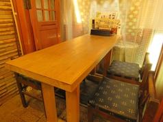 1階カウンター席の横にせり出したテーブル席もございます。気軽なサク飲みに♪
