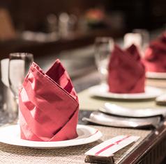 目の前で焼き上げるステーキを大理石で出来たカウンターでお召し上がりいただけます。シェフの手さばきをカウンターで見ながら優雅なお食事をお楽しみください。デートや記念日・誕生日などにおすすめです。
