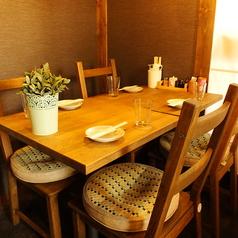 木のぬくもりを感じる1階テーブル席は、さまざまな人数にあわせてお席をカスタマイズできます♪