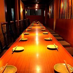 温かみのある天然木の調度品と障子の設えが、落ち着いた雰囲気を演出する居心地のいい和空間。半分壁に仕切られたプライベート感のあるスペースに、4人掛けテーブルを3卓配しています。テーブルは4名様で会席やコースを召し上がっても、ゆったりお使いいただけける広々サイズです。個室もご用意してあります。