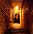 地下へ続く階段は、雰囲気抜群♪日常から離れた心地良い雰囲気の角屋。バーテンダーが心を込めて作る本格カクテルで素敵なひと時を