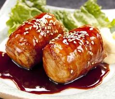 料理メニュー写真肉巻きおにぎり(2個)