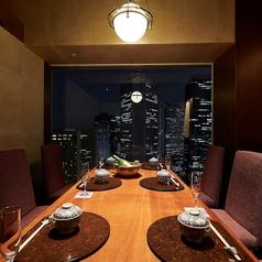 最大8名様までご利用頂けるテーブル個室です。大切なお集りやご宴会、飲み会などにも最適のお席です。夜景を一望できるお席は、開放感があり、より一層雰囲気を盛り上げてくれます。お席のレイアウトなどご相談がございましたらお気軽にお問い合わせください。