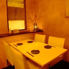間接照明の照らす4名テーブル席