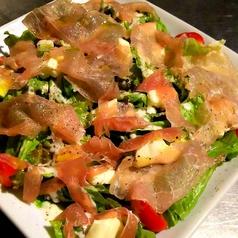 料理メニュー写真シーザーサラダ/生ハムとモッツァレラチーズのサラダ