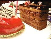【バースデーコース】お食事にドリンク2杯とメッセージ付のケーキ、お花がセットになったコースになります。友人・恋人・大切な方のお誕生日や、お世話になった上司・同僚・先輩のお祝いや送別会などのシチュエーションにご利用いただいております。