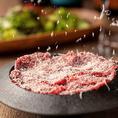 じっくり時間をかけて焼き上げた自家製ローストビーフのユッケに、ラクレットチーズをおかけする「チーズかけ放題ローストビーフユッケ」。牛肉の旨みが凝縮されたローストビーフユッケを、濃厚な風味のラクレットチーズがさらに味わい深くしてくれる満足度の「特別サンキュープライス」の500円にてご提供いたします。