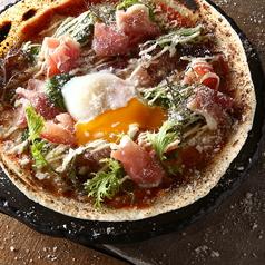 料理メニュー写真生ハムととろ~り半熟玉子のサラダのピザ
