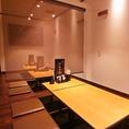 4名様席、8名様席、10名様席など、人数に応じて仕切れる半個室となっています。