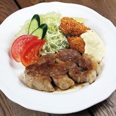 料理メニュー写真三軒豚トンテキ(カキフライトッピング付) 200g