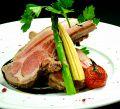 料理メニュー写真骨付仔羊ロース肉のグリル バルサミコソース