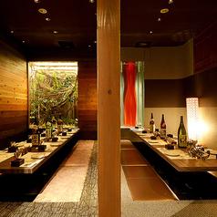 趣のある和モダンな情緒空間(2~6名様)パーテーションで仕切りを入れれば、プライベート感あり。ほっと心安らぐ掘り炬燵で足を伸ばして寛げば、ますますに料理やお酒も美味しく感じられます。各種飲み会・女子会・接待・デートなど、お客様に合ったスタイルでご利用いただけます。
