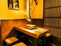 木のぬくもりを感じるこだわりのテーブル席は同僚やお友達との飲み会におススメのお席です。もちろん、お一人様も大歓迎です。