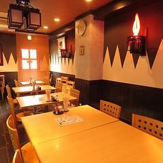 「肩肘張らずに正統な北海道料理を。」という思いのもと『釧路』では居心地の良い店を作り上げております。職人たちの手仕事はもちろんですが、店内の装飾も居心地の良い空間を作り上げてくれます。目も舌も思う存分楽しんでください。個室もございます。