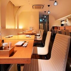 普段使いにぴったりなテーブル席。会社帰りの飲みや宴会にも対応しています♪