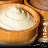200年の伝統の味!「本田味噌本店」の西京味噌のもつ鍋