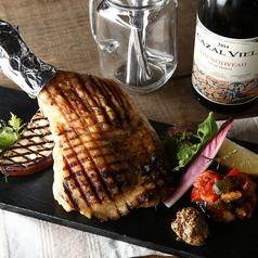 料理メニュー写真どデカ&ビックリ! 骨付き鶏もも肉のグリエ