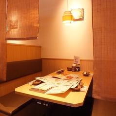 隣のお席と間仕切りのあるテーブル席。