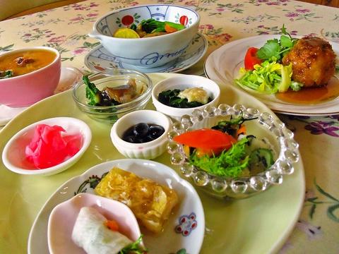 自家栽培の無農薬野菜を使った、自然食創作料理。完全予約制なので前日までに要予約。