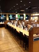 開放感ある店内。カウンター席もあるから1人でラーメンを食べに行くのも気軽。ランチや夜食にもぴったり。