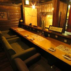 【サク飲みにぴったり】横並びでお食事を楽しめるカウンター席。雰囲気抜群の店内でこだわりの料理を堪能ください。