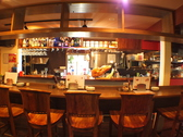 スペイン風バルのカウンターでワインを楽しむ♪