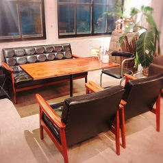 席落ち着いた雰囲気のカリモクソファー席は男性からも人気のお席
