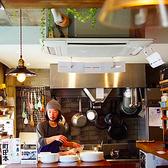ダイニングスペース キッチンカウンターはライブ感溢れる舞台のような設計♪シェフの手元はカウンターと同じ高さになっているのでゲストは一皿の完成が目の前で行われるのでライブ感が味わえます。【キッチンカウンター/ライブ感/レストラン/おしゃれ】