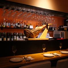お一人様やデートでのご来店にはカウンター席をどうぞ!カウンター上に置かれたイベリコ黒豚ハムの塊がインパクト大!