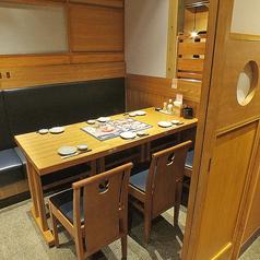 扉付き完全個室のテーブル席。プライベート感ばっちり。