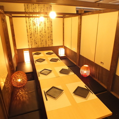 個室なので周りを気にせずゆったりお愉しみいただけます!お席は広々使えるテーブル席です。※写真は系列店※系列店舗との併設店舗となります